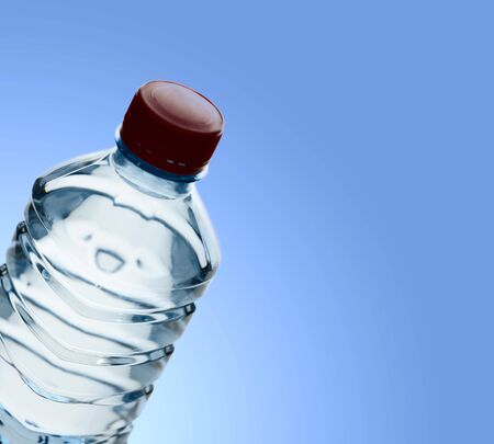 purified: Agua purificada de primavera en la botella sobre fondo azul claro