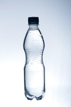 purified: agua purificada de primavera en la botella  Foto de archivo