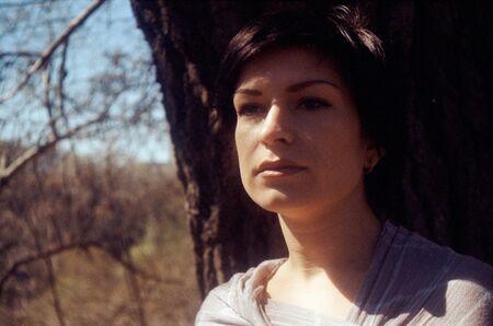 pezones: Retrato de Morena adultos de belleza. fuente de película escaneada, película granulada guardado como elemento de arte