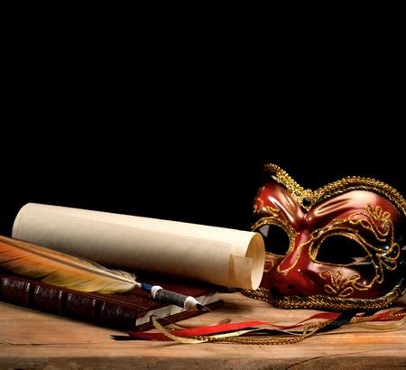 maski: Art. martwa natura na starym drewnianym biurku