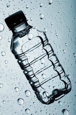 purified: botella de agua purificada clara sobre fondos abstractos