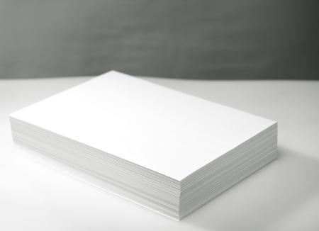 pile papier: Pile de l'imprimante et du papier blanc copieur Banque d'images