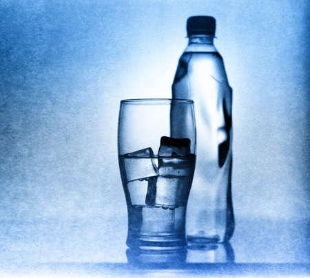 source d eau: Verre avec Tir de l'eau, la glace et une bouteille claire sur 30 ans pc film et Shneider Xenar 165mm lentille Banque d'images