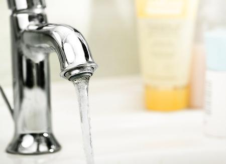 llave agua: moderna gr�a con agua corriente Foto de archivo