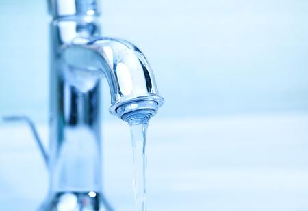 source d eau: grue moderne avec l'eau qui coule Banque d'images