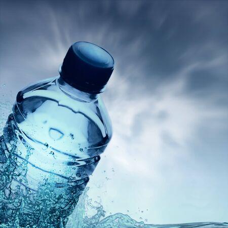purified: El agua purificada de primavera en la botella