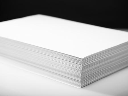 fotocopiadora: Pila de impresora blanco y papel de fotocopiadora