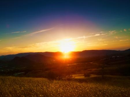 Dramatic sunset over valley. Natural seasonal landscape Standard-Bild