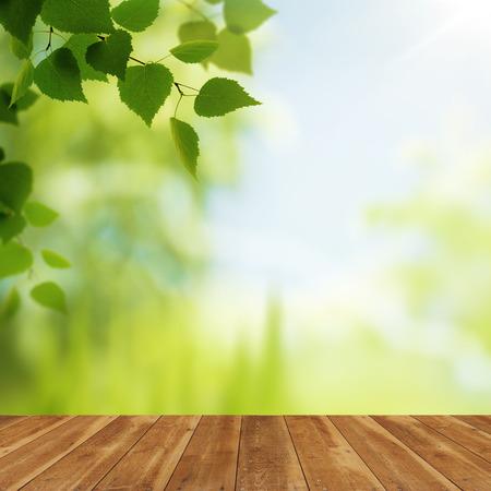 Houten bureau tegen schoonheid natuurlijke achtergronden voor uw ontwerp Stockfoto