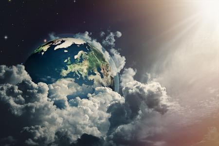 mapa mundi: Opini�n de la tierra abstracta en los cielos nublados.