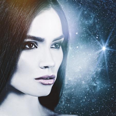 universum: Schauen Sie zum Universe, weibliches Porträt.