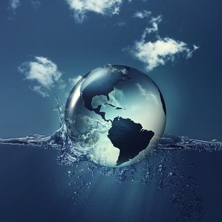 Спасти планету. Земной шар на воде волн, абстрактные природные фоны