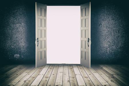puerta: Puerta abierta. Fondos interiores abstractos con piso de madera y muro de hormigón Foto de archivo