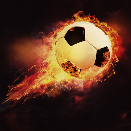 balon de futbol: Bola de fuego. Fútbol deporte abstracta y fondos de fútbol Foto de archivo