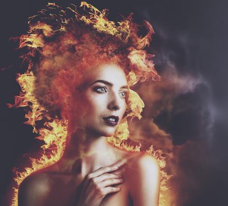 Hellevuur. Abstracte schoonheid portret met brandende vlam als onderdeel van de menselijke