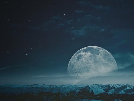 Mistige nacht met schoonheid Moon over besneeuwde bergen.