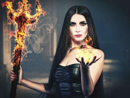 infierno: Belleza del Infierno, retrato femenino fantasmagórico, halloween tema