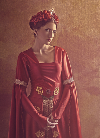 Honor and pride. Female portrait with medieval dress and crown Foto de archivo - 103389316