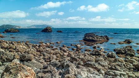 Summer sea. Beautiful coast under the bright sun and cloudy skies Standard-Bild