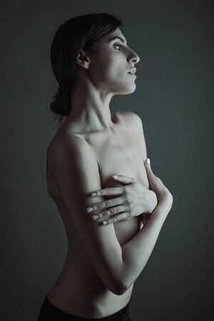 Sensuality. Dramatic female fine art portrait Standard-Bild - 146281413