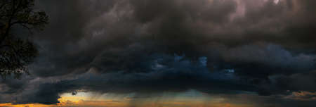 Last minutes before the storm. Dramatic skies under evening sea Standard-Bild