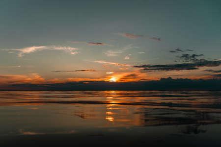 Golden twilight. Dramatic skies under evening sea Standard-Bild
