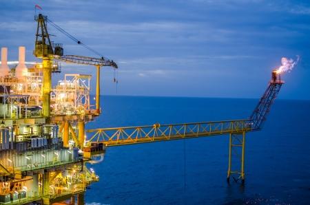 pozo petrolero: Plataformas marinas en el sur de Tailandia Foto de archivo