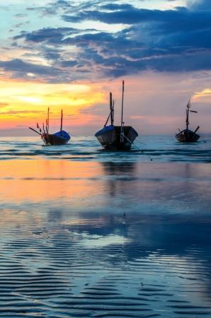 Por do sol com os barcos no mar tailandês Banco de Imagens