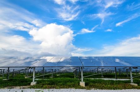 Die Solar-Zellen mit blauem Himmel im Hintergrund