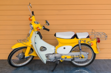 Classics motocicleta com a parede de fundo orenge Banco de Imagens