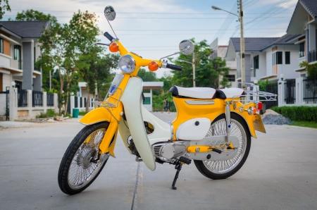 Estacionamento Classics motocicleta na estrada Banco de Imagens