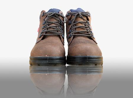 zapatos de seguridad: Zapatos de seguridad con blanco aislado Foto de archivo