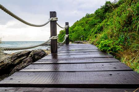 Ponte de madeira pequena perto da beira-mar, na Tail