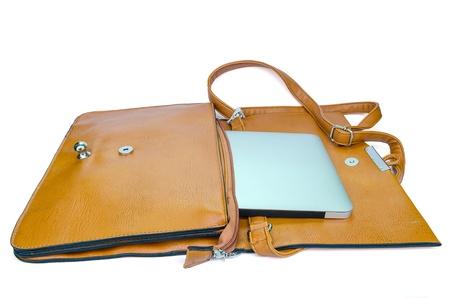 Couro Bolsa das senhoras com o Tablet PC no fundo branco