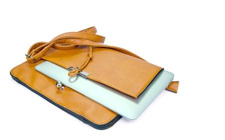 Couro senhoras bolsa com o Tablet PC no fundo branco