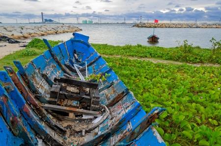 Barco de pesca muito antiga na praia, a leste da Tail