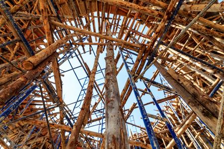 CHafaudages de bois dans le chantier de construction avec le ciel bleu Banque d'images - 25664267