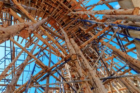 CHafaudages de bois dans le chantier de construction avec le ciel bleu Banque d'images - 25664305