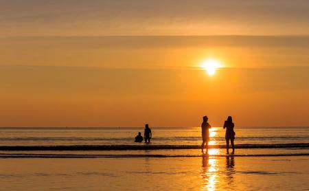 Famille heureuse sur la plage au coucher du soleil, à l'est de la Thaïlande Banque d'images - 25664390