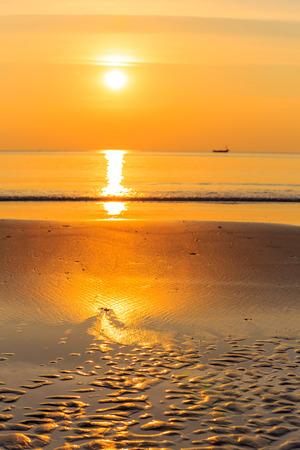 P�r do sol sobre o mar, leste da Tail�ndia