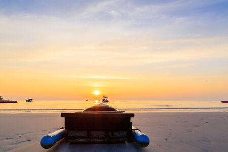 Bateau silhouette sur la mer avec le coucher du soleil Banque d'images - 25664475