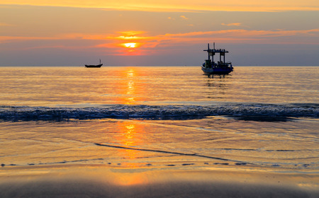 Bateau à Silhouette sur la mer avec le coucher du soleil Banque d'images - 25664477
