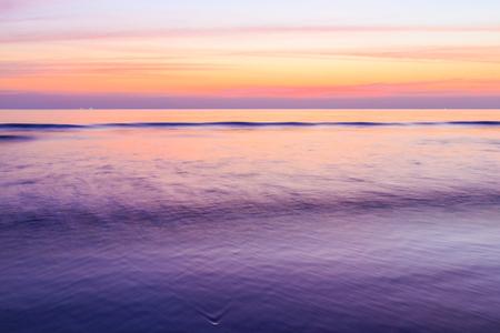 Pose longue de Colorful coucher de soleil sur la plage Banque d'images - 25664493