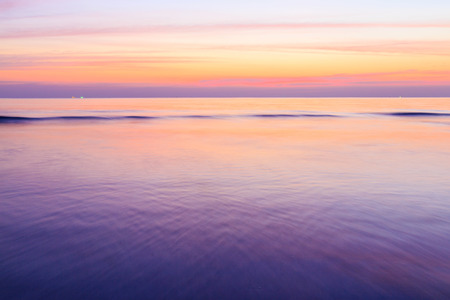 Longue exposition de coloré coucher de soleil sur la plage Banque d'images - 25664494