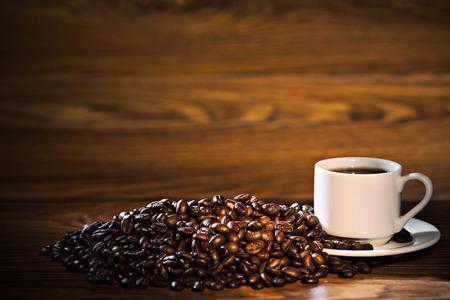 taza cafe: Taza de caf� y granos de caf� sobre fondo de madera vieja