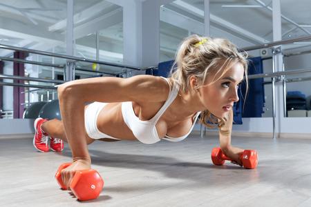 健身: 在地板上的女人俯臥撑