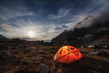 Camping in den Bergen. Mondnacht