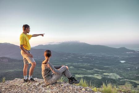 caminando: Pareja caminando en la alta roca sobre un gran valle