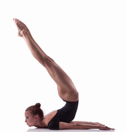 gymnastik: Junge Frau macht gymnastische Übung auf weißem Hintergrund isoliert