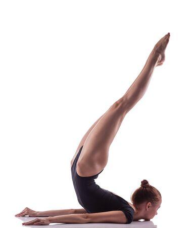 gymnastik: Frau macht gymnastische Übung auf weißem Hintergrund isoliert